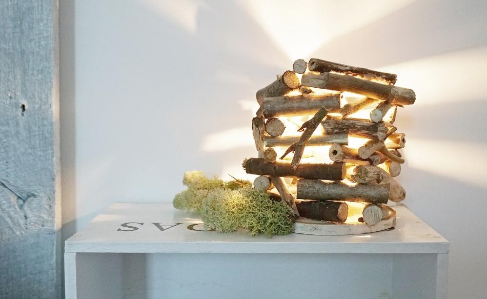 Lampa stojąca z patyków