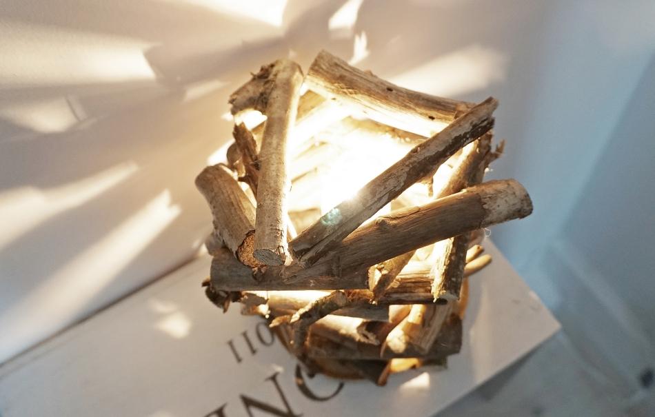Lampa z patyków i gałęzi