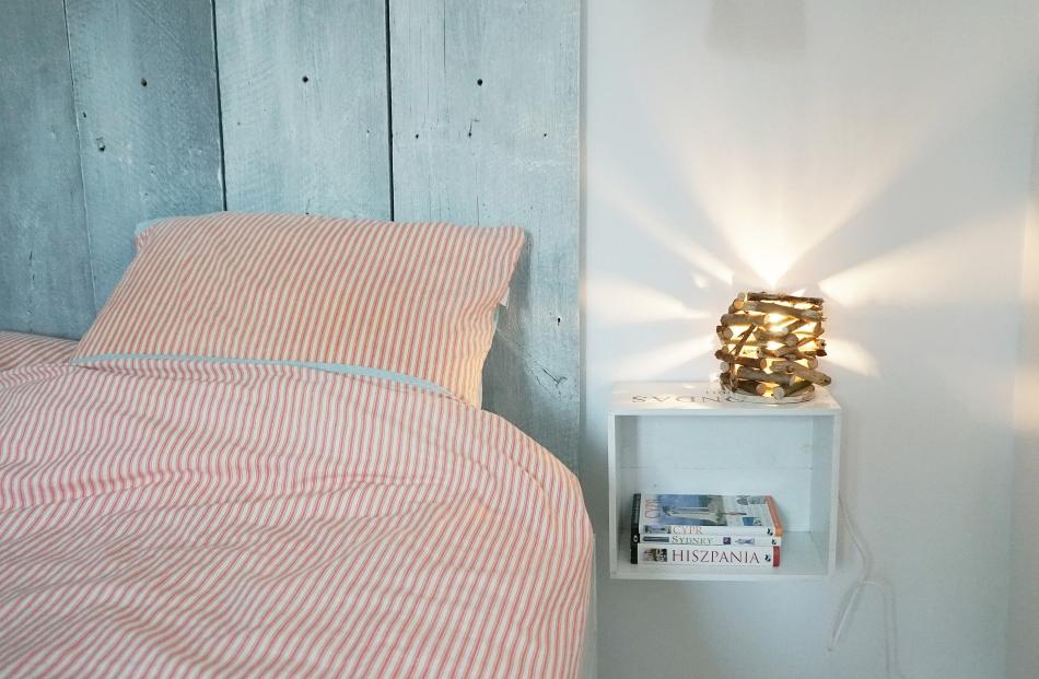 Lampa z patyków w sypialni