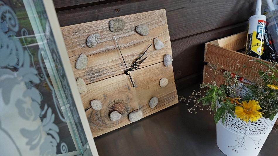 drewniany zegar z kamieniami