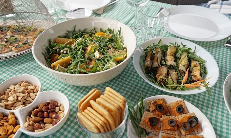 roladki z cukinii na stole z innymi wegetariańskimi przekąskami, przepis
