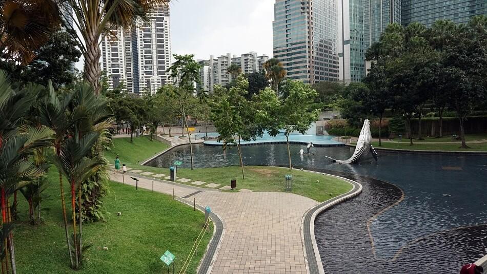 KLCC Park w Kuala Lumpur przy petronas towers