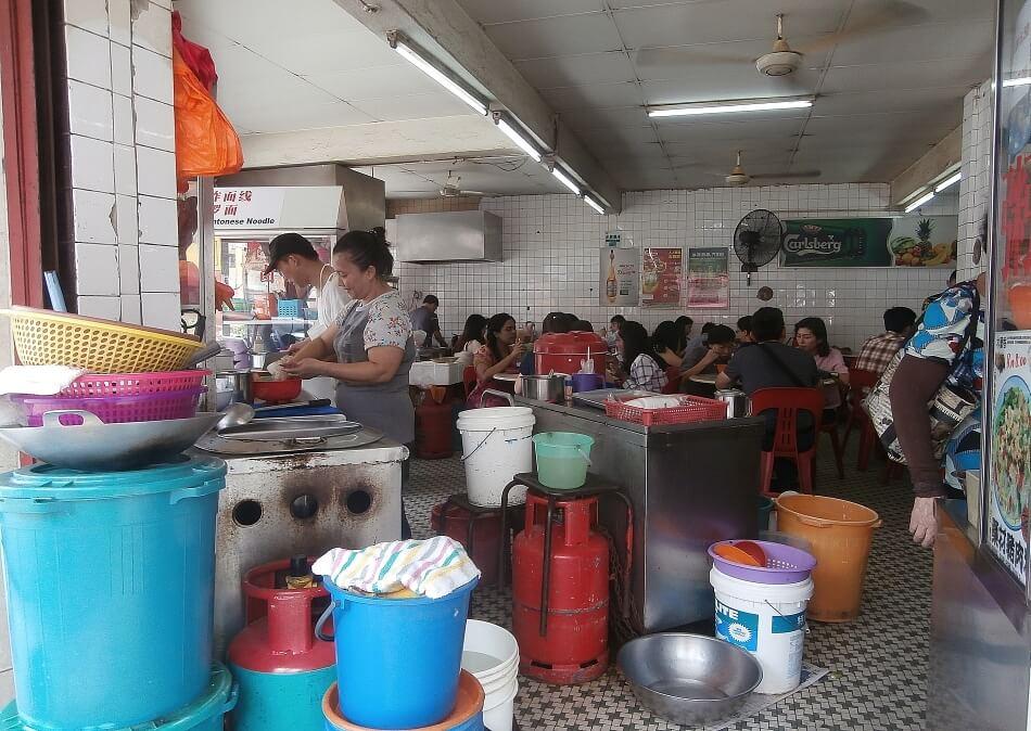 bar street food tłum ludzi kuala lumpur malezja zaplecze