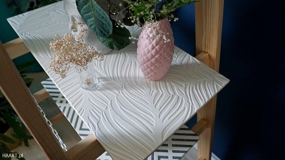 Płytki ceramiczne na regale z drabiny