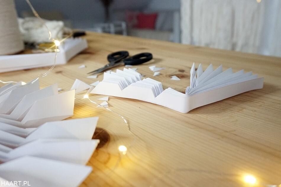 wycinanie wzorów na papierowych rozetach