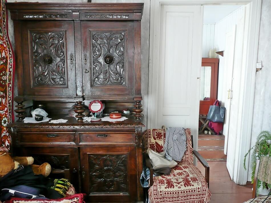 kredens w starym domu